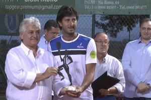 Maestro Cosimo Allera premia il vincitore Alessio Di Mauro